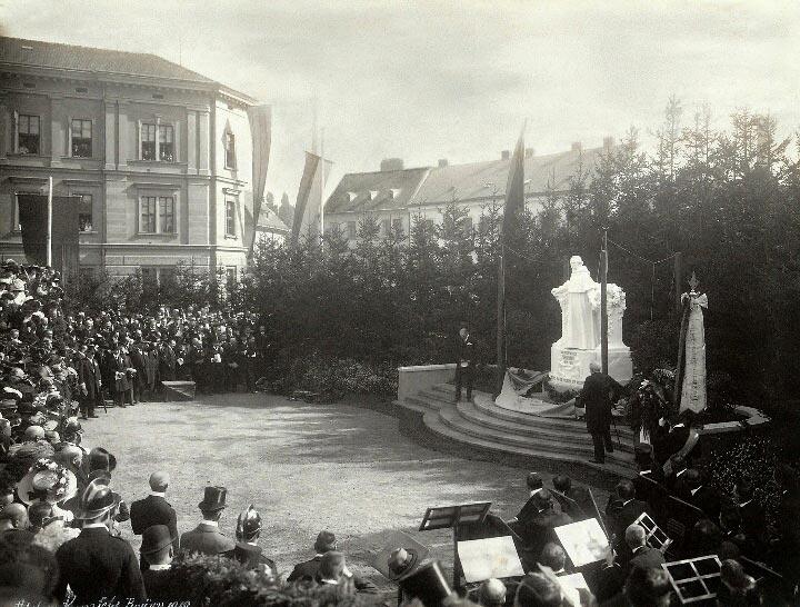 1910- odhalení pomníku na Mendlově náměstí
